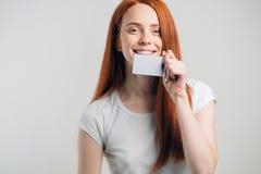 Concepto de la gente, de la venta y del consumerismo - cercano para arriba de mujer feliz con la tarjeta de crédito Foto de archivo libre de regalías