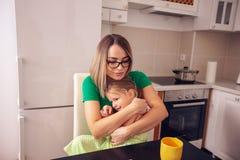 Concepto de la gente y de familia - madre soltera e hija sonrientes imagen de archivo