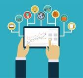 Concepto de la gestión de negocio, manos de la interacción usando apps móviles Imagen de archivo