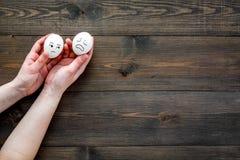 Concepto de la gestión de la emoción tristeza Cara triste dibujada en el huevo Espacio de madera de la copia de la opinión superi Imagen de archivo