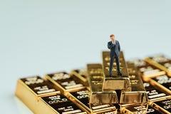 Concepto de la gestión de la riqueza del éxito, figura miniatura hombre de negocios imagen de archivo