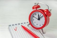 Concepto de la gestión de tiempo Hora de terminar la tarea Plazo de la lista de verificación foto de archivo