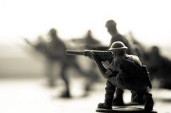 Concepto de la guerra Siluetas militares que luchan escena en el fondo del cielo de la niebla de la guerra, siluetas de los solda imagen de archivo libre de regalías