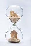 Concepto de la hipoteca de la casa del reloj de arena imagenes de archivo