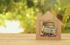 Concepto de la hipoteca Modelo de una casa de madera con ahorros financieros compra y costos de la casa Fotografía de archivo libre de regalías