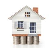 Concepto de la hipoteca por la casa del dinero de monedas Fotos de archivo libres de regalías