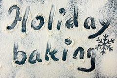 Concepto de la hornada del día de fiesta de la Navidad Polvo de la harina sacado el polvo en la sobremesa azul marino Mano escrit Foto de archivo