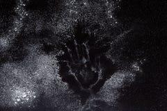 Concepto de la hornada en el fondo negro, harina asperjada con el espacio de la copia Foto de archivo