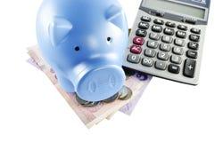 Concepto de la hucha, del dinero y de la calculadora para el coste de ahorro en busi Foto de archivo