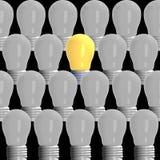 Concepto de la idea, 3D que rinde bombillas el ese brillar intensamente entre los otros en fondo negro ilustración del vector