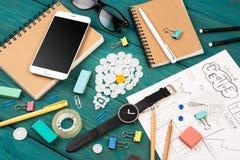 Concepto de la idea - llame por teléfono, mire, las libretas, los lápices y suppli de la oficina Fotos de archivo libres de regalías