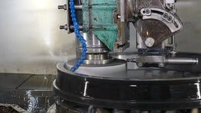 Concepto de la industria pesada Superficie de metal de pulido del disco de la muela abrasiva en la fabricación de los transportes metrajes