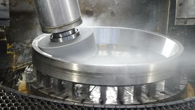 Concepto de la industria Superficie de metal de pulido del disco de la muela abrasiva en la fabricación de los transportes Máquin almacen de video