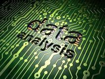 Concepto de la información: Análisis de datos en fondo de la placa de circuito Foto de archivo libre de regalías