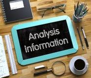 Concepto de la información del análisis en la pequeña pizarra 3d Imagen de archivo libre de regalías