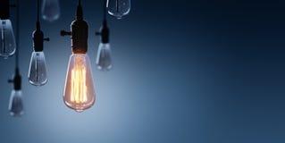 Concepto de la innovación y de la dirección - bulbo que brilla intensamente