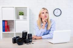 Concepto de la inspiración - fotógrafo profesional de la mujer con la cámara, el ordenador y el equipo de la fotografía pensando  imagenes de archivo