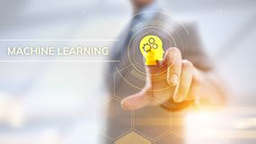 Concepto de la inteligencia artificial del aprendizaje de m?quina Hombre de negocios que presiona el bot?n virtual foto de archivo libre de regalías