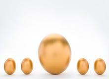Concepto de la inversión con los huevos de oro grandes y pequeños Imágenes de archivo libres de regalías