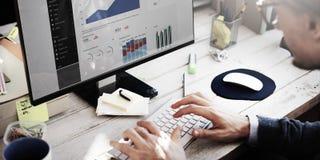 Concepto de la investigación de Working Dashboard Strategy del hombre de negocios fotos de archivo