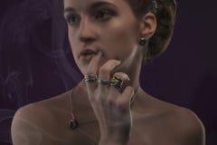 Concepto de la joyería Retrato del primer de una presentación femenina encantadora del modelo aislado en un fondo blanco con los  Fotos de archivo libres de regalías