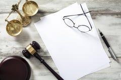 Concepto de la justicia con el papel en blanco foto de archivo