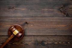 Concepto de la ley o de la jurisprudencia Juzgue el mazo en espacio de madera oscuro de la copia de la opinión superior del fondo imágenes de archivo libres de regalías