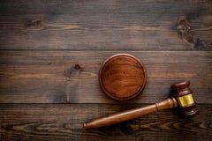 Concepto de la ley o de la jurisprudencia Juzgue el mazo en espacio de madera oscuro de la copia de la opinión superior del fondo fotografía de archivo