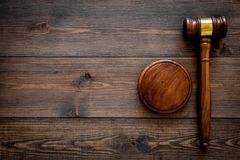 Concepto de la ley o de la jurisprudencia Juzgue el mazo en espacio de madera oscuro de la copia de la opinión superior del fondo fotografía de archivo libre de regalías