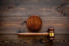 Concepto de la ley o de la jurisprudencia Juzgue el mazo en espacio de madera oscuro de la copia de la opinión superior del fondo imagenes de archivo