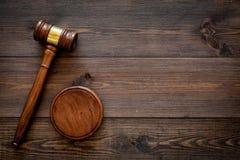 Concepto de la ley o de la jurisprudencia Juzgue el mazo en espacio de madera oscuro de la copia de la opinión superior del fondo imagen de archivo
