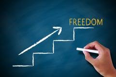 Concepto de la libertad con la escalera en la pizarra Imagen de archivo
