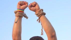 Concepto de la libertad, manos del ` s de los hombres con símbolos de LGBT almacen de video