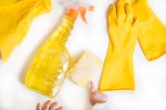 Concepto de la limpieza - detergentes mezclados y accesorios de la limpieza aislados en fondo incons?til azul fotos de archivo libres de regalías