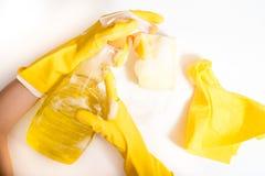 Concepto de la limpieza - detergentes mezclados y accesorios de la limpieza aislados en fondo incons?til azul foto de archivo