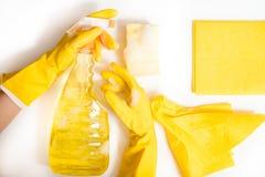 Concepto de la limpieza - detergentes mezclados y accesorios de la limpieza aislados en fondo incons?til azul fotografía de archivo