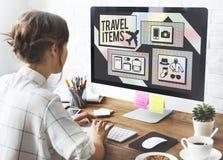 Concepto de la lista de la preparación de los accesorios de los artículos del viaje Imagen de archivo libre de regalías