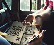 Concepto de la lista de la preparación de los accesorios de los artículos del viaje Imágenes de archivo libres de regalías