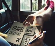 Concepto de la lista de la preparación de los accesorios de los artículos del viaje Fotos de archivo