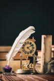 Concepto de la literatura El Inkstand con la pluma cerca de la lupa, la voluta vieja y el vintage registran imagenes de archivo
