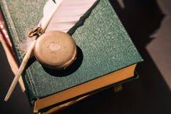 Concepto de la literatura Vida inmóvil del vintage con el reloj en los libros viejos cerca de la pluma o de la canilla Cierre par foto de archivo libre de regalías