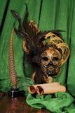 Concepto de la literatura, voluta del pergamino cerca de la máscara veneciana a Imágenes de archivo libres de regalías