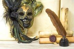 Concepto de la literatura, voluta del pergamino cerca de la máscara veneciana a Fotos de archivo libres de regalías