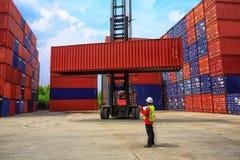 Concepto de la logística de negocio, envases b del cargamento del control del capataz foto de archivo libre de regalías