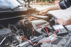 Concepto de la máquina del motor de coche de los servicios, manos del reparador del mecánico de automóvil que reparan un taller a foto de archivo libre de regalías