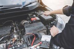 Concepto de la máquina del motor de coche de los servicios, manos del reparador del mecánico de automóvil que reparan un taller a imagen de archivo