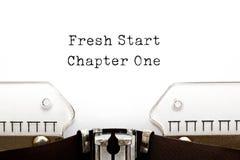 Concepto de la máquina de escribir del capítulo uno del nuevo comienzo imagen de archivo libre de regalías