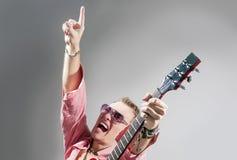 Concepto de la música: Retrato del guitarrista masculino caucásico expresivo P Fotos de archivo