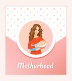 Concepto de la maternidad y del amor Madre hermosa joven que celebra al bebé durmiente - tarjeta Imagen de archivo libre de regalías