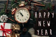 Concepto de la medianoche de la muestra del texto de la Feliz Año Nuevo reloj elegante del vintage Foto de archivo